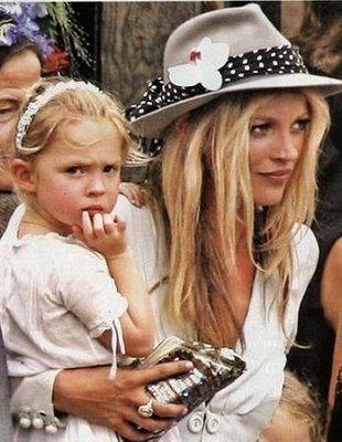 Kate Moss makes the difference (sombrero boho con flor)