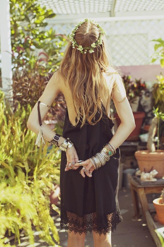 vestitido-negro-y-diadema-de-flores