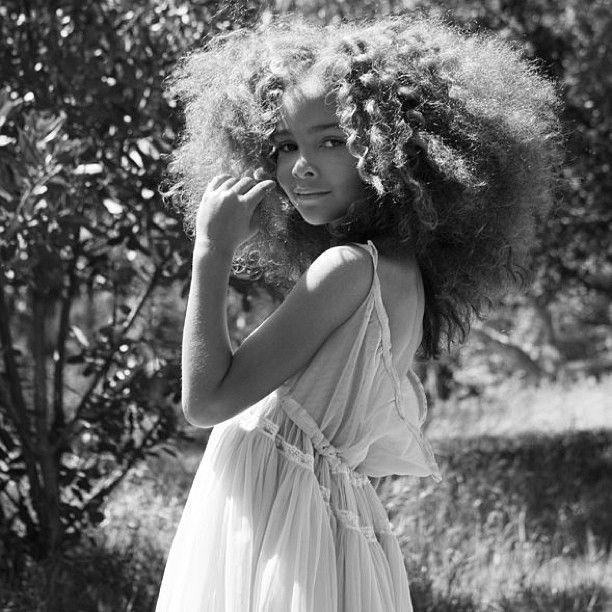 nina-pelo-afro-vestido-negro